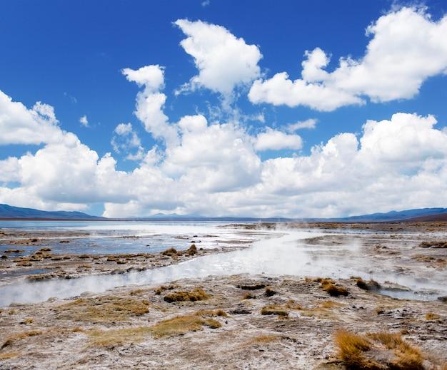 ボリビアの蒸気と間欠泉で覆われた太陽の光の表面