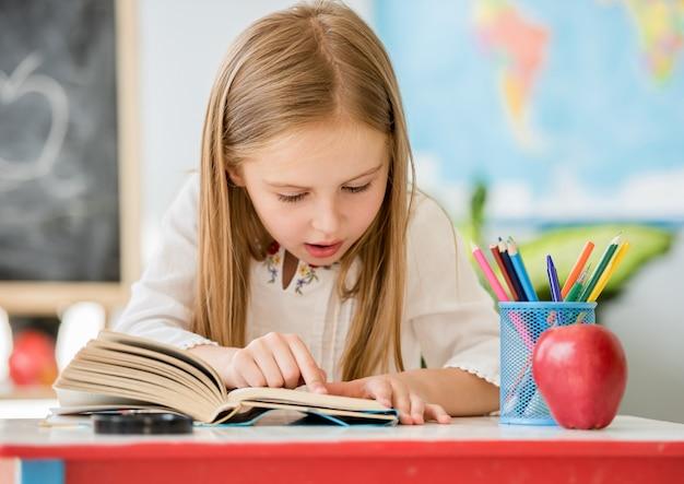 少女は本を読んで