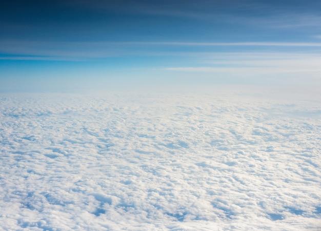 На фоне белых облаков и голубого неба