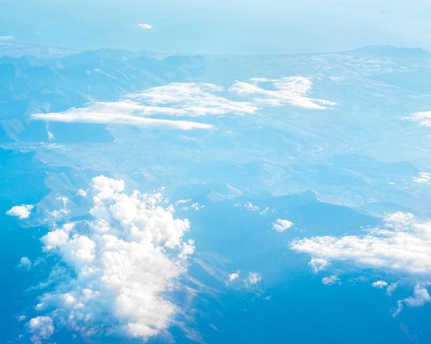 Полет над облаками и голубым небом