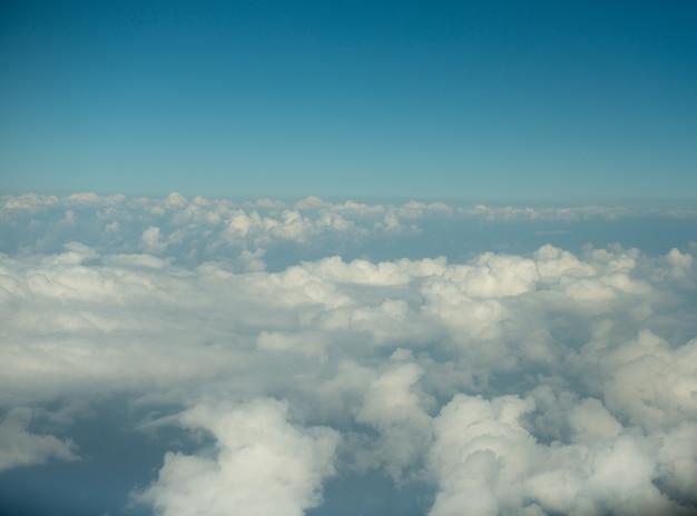 Вид на голубое небо и белое облако