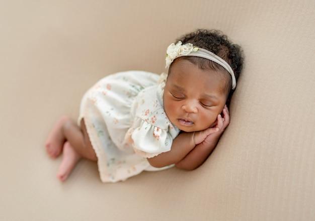 寝ている生まれたばかりの赤ちゃん