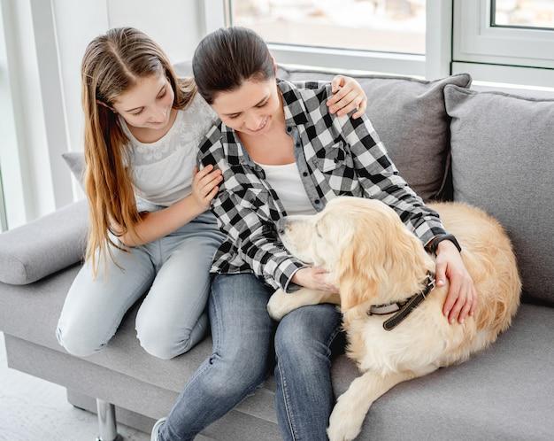 Дочь и мама рядом с собакой