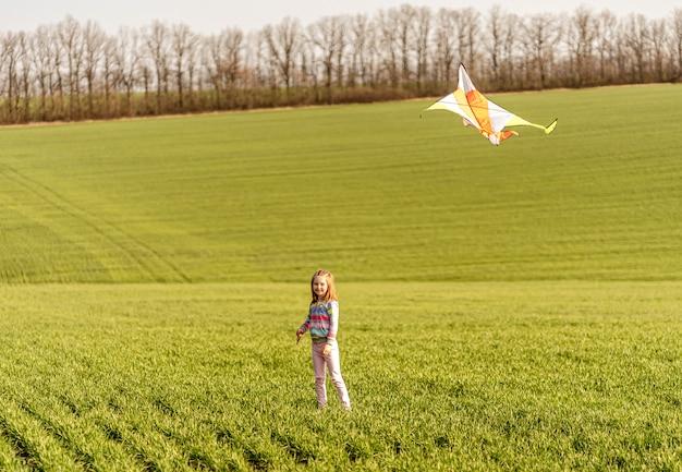 Маленькая девочка с летающим змеем