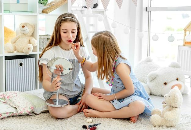 化粧口紅で遊んで幸せな子供