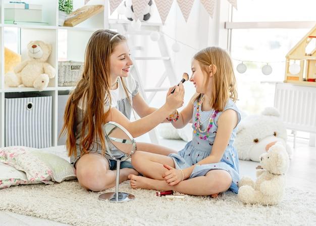 化粧品を作る笑顔の子供たち