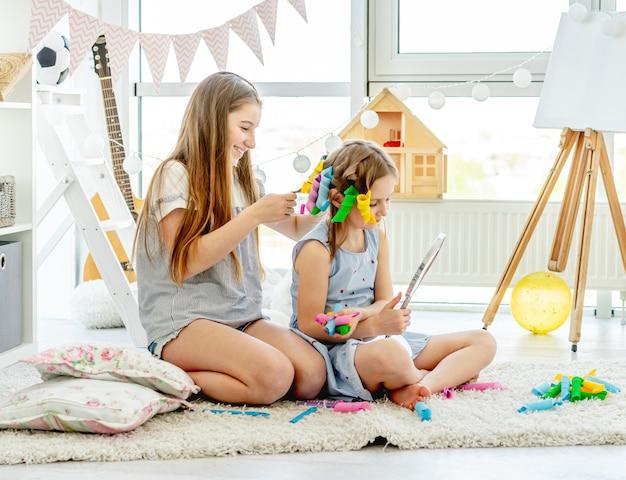 妹が女の子に髪型を作る