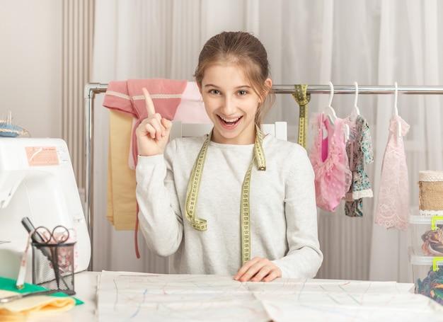 縫製工場の少女