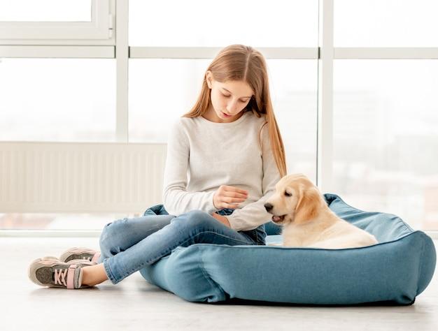 かわいい女の子が子犬を供給