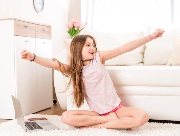 リビングルームで音楽を聴いている女の子