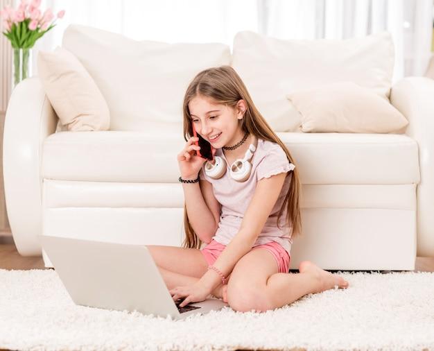 Молодая девушка звонит по телефону