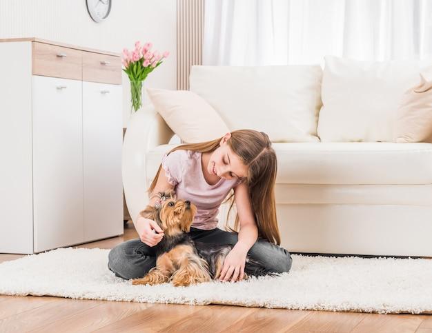 かわいい子犬と幸せな若い女の子