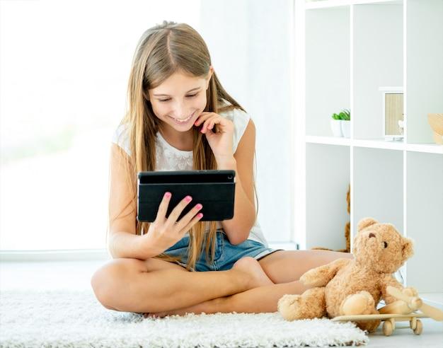 Девочка-подросток показывает смешное видео на планшете