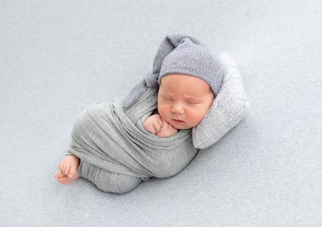 新生児の枕で休む