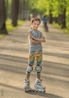 Девочка-подросток с милой прической катается на коньках