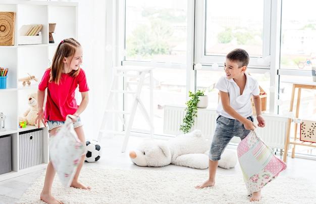 枕投げをしながら子供たちが笑う
