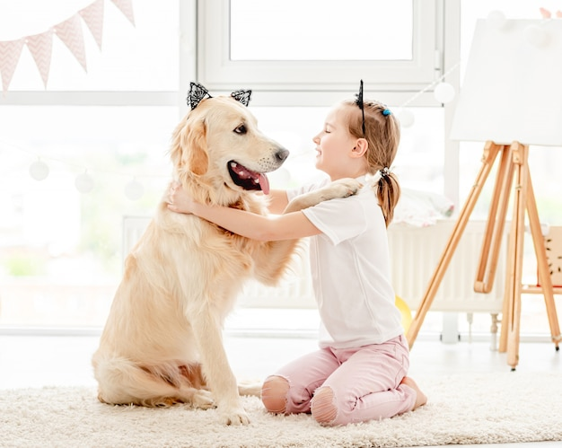 Веселая маленькая девочка с милой собакой