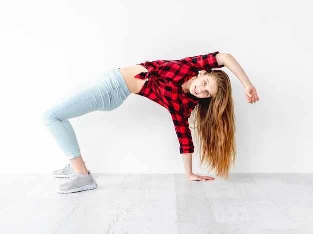 スタジオで笑顔の少女ダンサー