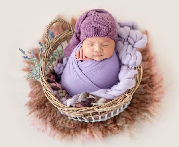 紫の帽子でかわいい新生児