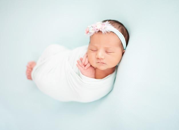 Красивый новорожденный ангел
