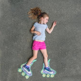 チョークで描かれたローラースケートの甘い女の子