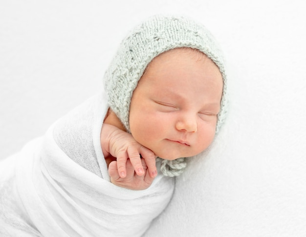 Новорожденный мальчик, завернутый в одеяло