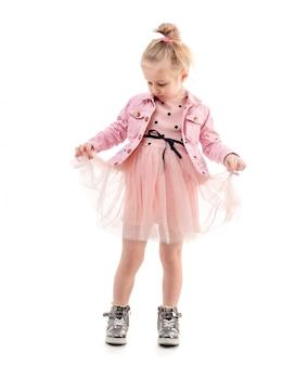 Милая девушка держит юбку, готов танцевать