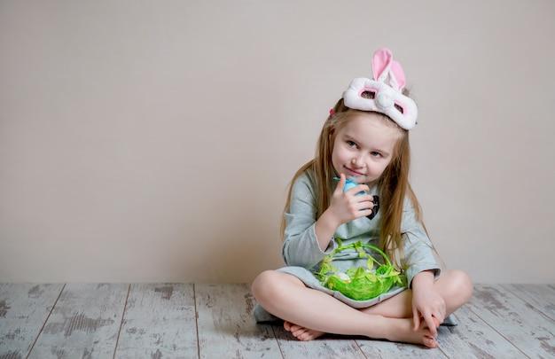 Маленькая девочка в костюме пасхального кролика