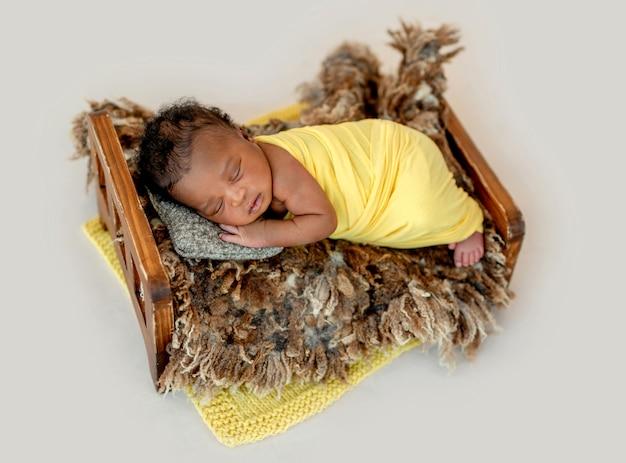 クレードルで寝ている新生児