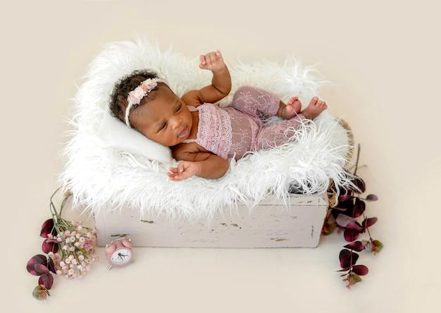 クレードルで生まれたばかりの赤ちゃん