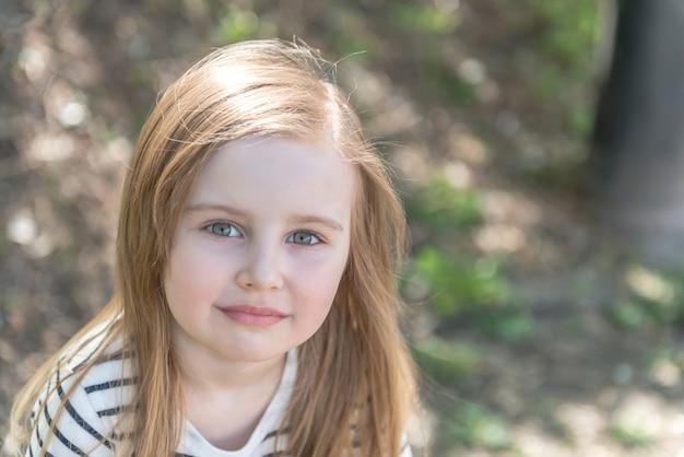 Маленькая девочка с длинными волосами, крупным планом