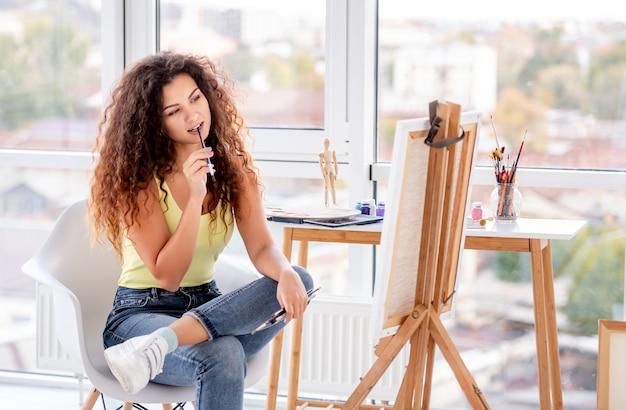 新しい絵を作る女の子画家