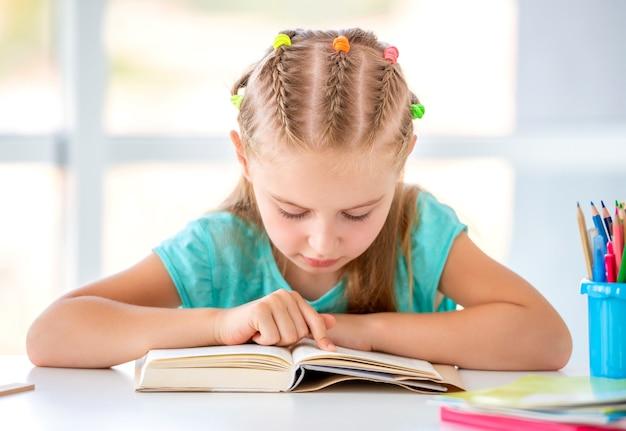 Школьница чтения книги
