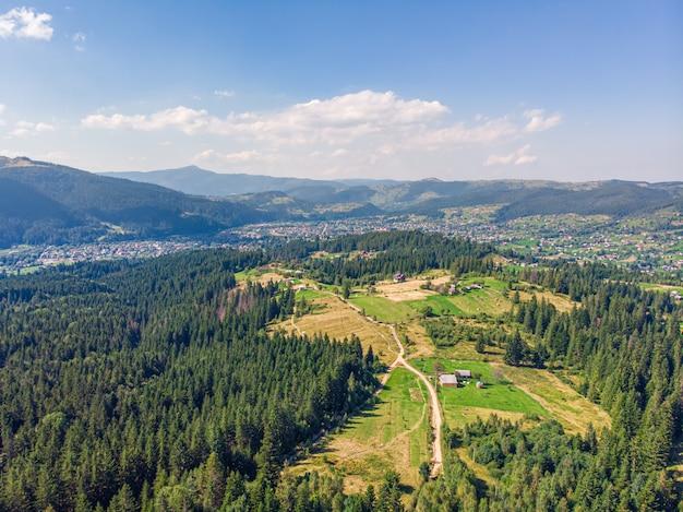 Красивый вид с воздуха на сельской дороге в горах.