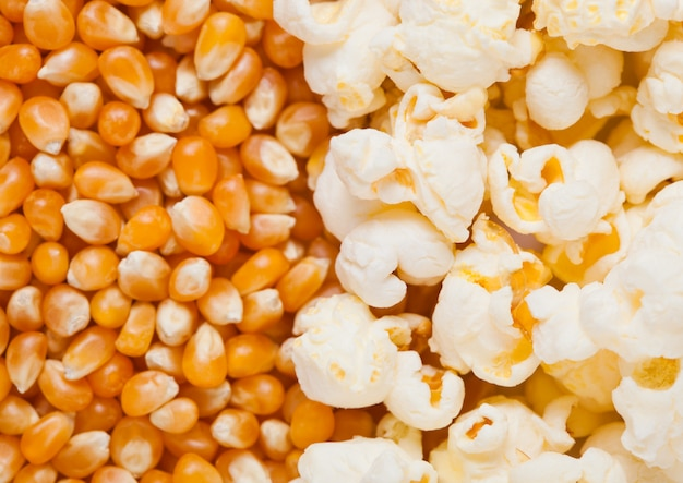 生の黄金のスイートコーンとポップコーンの種子ハーフプレートマクロ