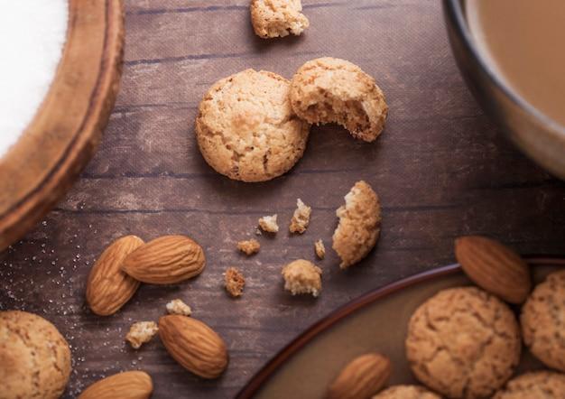 カプチーノと自家製アーモンドビスケットクッキー