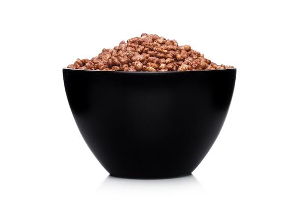 白の天然有機グラノーラシリアルチョコレートフレークと黒のボウル