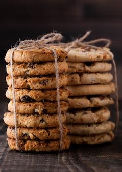 Безглютеновые овсяные карамельные печенья на белом фоне