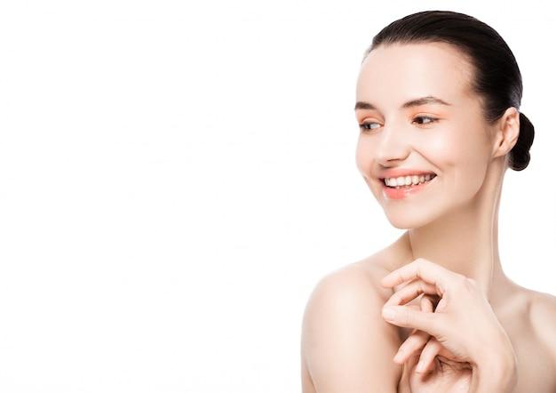 Красивая женщина с милой улыбкой естественного макияжа спа