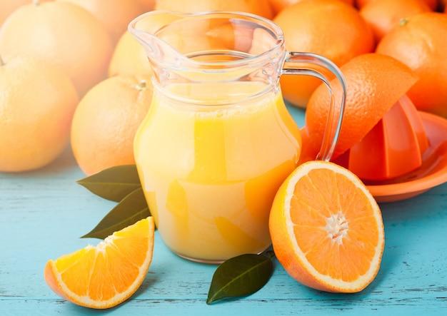 Стеклянная банка свежего апельсинового сока с фруктами