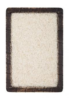 白い背景の上の生有機バスマティ米の木箱。上面図
