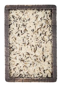 生有機バスマティの長い穀物と白い背景のワイルドライスの木箱。上面図