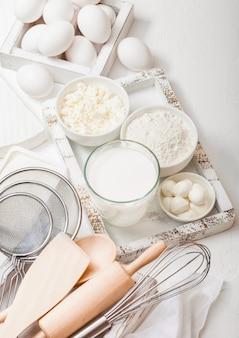 牛乳のガラス、小麦粉のボウル、カッテージチーズ