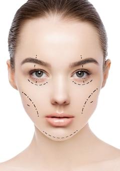 整形外科の女性の顔にフェイスリフトライン