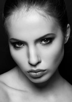 美しい女性モデルの肖像画の黒と白のクローズアップ