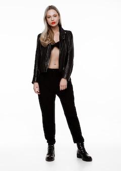 革のジャケットを着ているロックスターのバイカーのファッションの女の子