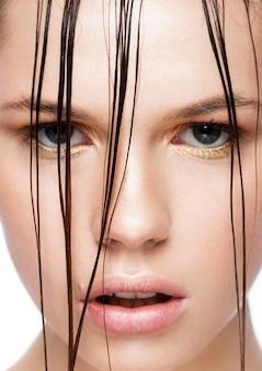 濡れた髪の美容トレンドファッション化粧女の子