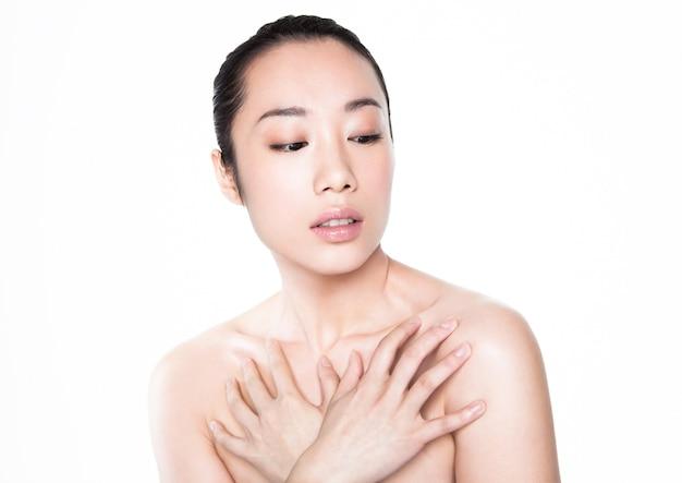 Портрет состава азиатской женщины красоты здоровый косметический на белизне
