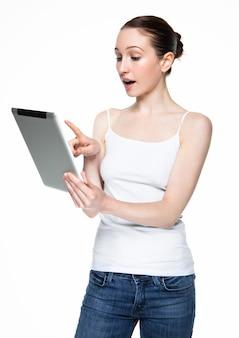 白のタブレットでインターネットを閲覧して美しい女性
