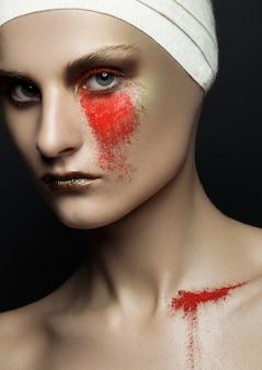 美容女性包帯整形手術赤い粉は黒い壁に補う